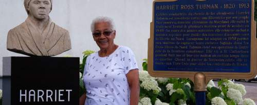 Ayda, Afro-Canadienne et descendante d'esclaves fugitifs, devant son église: la Salem Chapel, de St. Catherines en Ontario. Ce lieu historique est étroitement lié à la célèbre «conductrice» Harriet Tubman.
