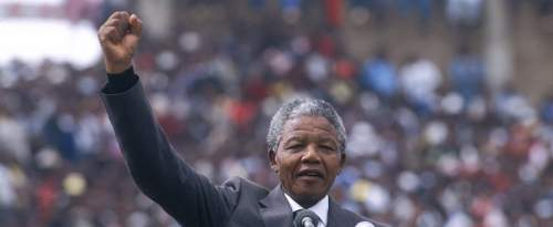 Nelson Mandela, deux jours après sa libération, est accueilli par un stade comble, à Soweto dans la banlieue de Johannesburg en Afrique du Sud, le 13 février 1990.