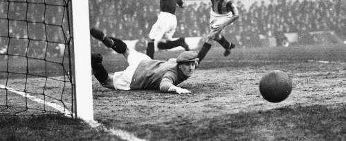 Le gardien de but de Stoke City, Dick Williams sauve un but du joueur d'Arsenal David Jack (maillot noir) lors d'un match de football entre l'Arsenal et Stoke City à Highbury, Londres, le 12 janvier 1929.