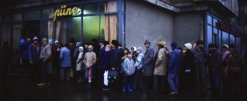 Les Roumains font la queue devant un magasin d'alimentation à Bucarest, en 1989.