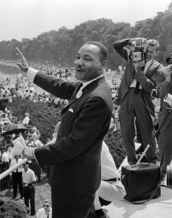 Martin Luther King fait signe à ses partisans le 28 août 1963 à Washington DC pendant la « Marche sur Washington ».
