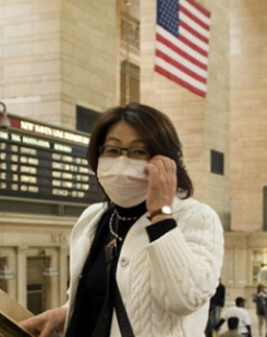 À Grand Central Station à New York, les voyageurs se protègent de la grippe.