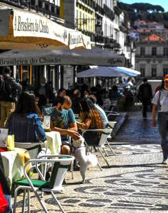 Terrasse de café dans le district du Chiado à Lisbonne, le 5 avril 2021.