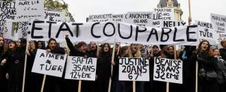 Des manifestantes brandissent des pancartes portant le nom et l'âge des femmes tuées par leur partenaire ou ex-partenaire en France, le 23 novembre 2019 à Paris.