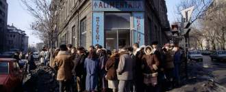 Les Roumains font la queue devant un magasin, en janvier 1990.
