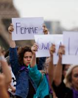 "Des femmes de l'organisation féministe ""Nous Toutes"" manifestent le 1er septembre 2019 à Paris pour dénoncer le 100ème féminicide de l'année."