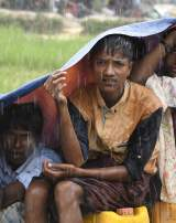 Des réfugiés rohingya se protègent de la pluie dans le camp de réfugiés Balukhali au Bangladesh le 17 septembre 2017.