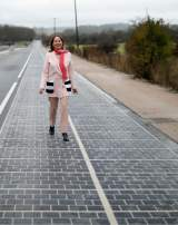 La ministre de l'Environnement Ségolène Royal a inauguré des panneaux photovoltaïques installés sur le goudron d'une route départementale dans l'Orne