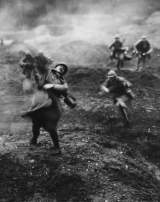 Des soldats français lors d'une action offensive sur le champ de bataille à Verdun. Une image du film de Léon Poirier «Verdun, visions d'histoire» réalisé en 1928.