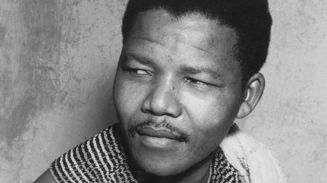 Nelson Mandela en habit traditionnel, en 1961 en Afrique du Sud.
