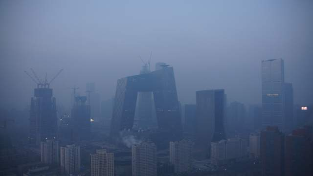 La tour CCTV dans la pollution, à Pékin, en Chine.