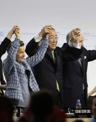 Christiana Figueres, Ban Ki Moon et Laurent Fabius célèbrent l'adoption de l'accord voté à l'issue de la COP21, le 12 décembre 2015.