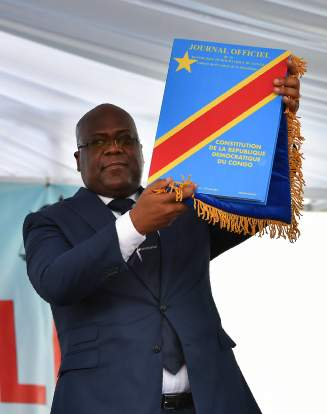 Le nouveau président de la RDC Félix Tshisekedi, un exemplaire de la Constitution dans la main, lors de la cérémonie d'investiture, à Kinshasa, le 24 janvier 2019.