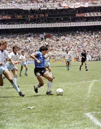 Diego Maradona inscrit un but d'anthologie contre l'Angleterre en quart de finale du Mondial au Mexique, le 22 juin 1986 à Mexico