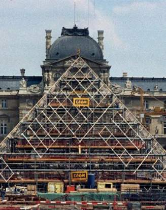 Une photo de la pyramide du Louvre en construction, le 7 août 1987 à Paris.