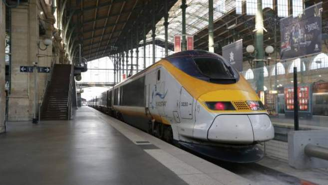 Photo d'un train Eurostar à grande vitesse, à la gare de Paris-Gare du Nord.