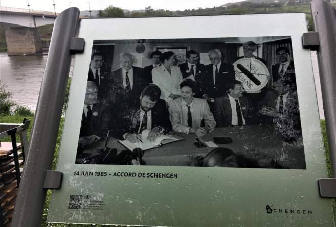 La photo de la signature des accords de Schengen, le 14 juin 1985.